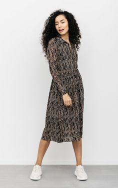 Jurk Denise Donkerblauw Beige   Jurk met een v-hals Wrap Dress, High Neck Dress, Dresses, Fashion, Turtleneck Dress, Vestidos, Moda, Fashion Styles, Dress