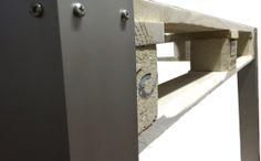 Scrivania  La scrivania prende forma. L' alluminio a sostegno del pallet, per le 4 gambe realizzate appositamente per noi. La struttura diventa elegante e moderna. In fase di lavorazione il piano, a copertura del legno, con qualche accorgimento che speriamo sarà apprezzato. Come per tutti i nostri prodotti, la possibilità di scegliere il colore che più desiderate per il piano in vetro, le gambe in alluminio ed il Pallet EUR.