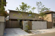 さかのぼること3年 鹿児島市星ヶ峯南台に ベガハウスのショーホーム「庭間の家」がありました その家は正面をコンクリートの本実(木肌)と木格子で覆われて... Japanese Architecture, Modern Architecture, Japanese Modern, House Wall, Inspiration Wall, Modern Exterior, Inspired Homes, Facade, Entrance