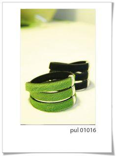 Pulsera Pul01016v/n  Preciosa y elegante pulsera en tres vueltas,, realizada en piel de potro, en color verde o negro muy intenso.      Lleva un pasador triple de Zamac, y cierre seguro.     Recomendamos este modelo por su calidad, su sencillez y su elegancia.
