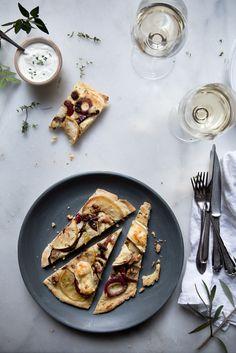 Flammkuchen mit Apfel, Brie und roten Zwiebeln. Food Photography