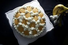How to make a fabulous semi homemade banana pudding cake with simple ingredients! Homemade banana pudding is favorite in my family. I swear every time that the holidays approach, or it's some… Vanilla Wafer Banana Pudding, Banana Cake Mix, Instant Banana Pudding, Southern Banana Pudding, Homemade Banana Pudding, Banana Pudding Recipes, Homemade Vanilla, I Heart Recipes, Semi Homemade