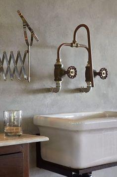 Ejemplos de originales diseños de baños, con lavabos cuyas cañerías quedan a la vista