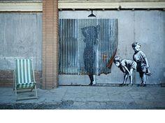 Puxa só mesmo a criatividade de um artista para ver uma cortina de banheiro no lugar da sucata que realmente é criando assim uma cena clássica. Banksy passou por aqui. #olhardemahel #banksy #ilustradores #image #criatividade #artist #artederua #streetart #pimagens #fpolhares #imagination #cool http://ift.tt/1Xpf4DA