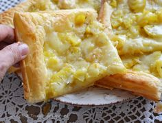 Pizzette di sfoglia con patate e formaggio,un idea da servire per secondo,per antipasto,per feste o buffet facile e veloce,una ricetta gustosa