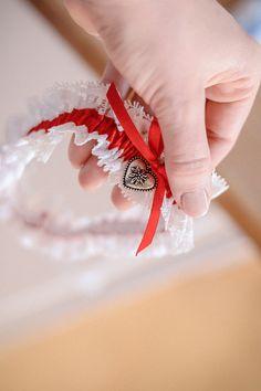 rot wie die Liebe das passende Strumpfband zu deinem Hochzeitskleid..
