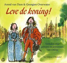Arend van Dam - Leve de koning! || Van Holkema & Warendorf 2013, 48 pagina's || In dit boek vind je tien verhalen over prinsen en prinsessen van Oranje die de afgelopen 400 jaar leefden. Ze gaan bijvoorbeeld over een prins van tien die hoort dat hij met een Engelse prinses moet trouwen. Of over twee prinsjes die niet netjes stil willen zitten tijdens het staatsbanket. En al deze verhalen... zijn echt gebeurd! || http://www.bol.com/nl/p/leve-de-koning/9200000009850571/