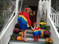 DIY Mama Parrot and Baby Parrot Costumes. And a few other great DIY matching Mama-Baby costume ideas. Next year Rio! Holiday Costumes, Halloween Outfits, Diy Costumes, Costume Ideas, Halloween Costumes, Halloween 2013, Halloween Season, Disney Halloween, Halloween Ideas
