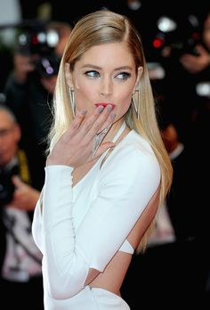 Doutzen Kroes accented her sleek white gown with creamy gray nails and a statement ring. #cannes