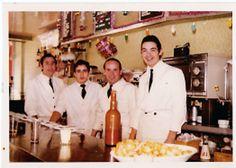 Camareros de Docamar con la clásica chaquetilla blanca en 1972. De derecha a izquierda Angel Moreno, Mariano, Julio y  Miguel, que posteriormente tuvo una bodega en el Mercado de Quintana.