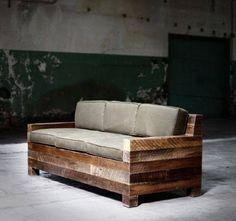 sofá de madeira com assento cinza