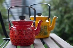 Vintage Finel pots Vintage Enamelware, Vintage Kitchenware, I Love Coffee, Coffee Shop, Enamel Teapot, Barn Kitchen, Vintage Dinnerware, Ceramic Pottery, Tea Pots