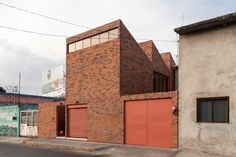 Light, urban context, materiality and spatial modules are the design layers of the house by Dosa Studio in Texcoco, Mexico. Brick Architecture, Contemporary Architecture, Urban Fabric, Aperture, Introvert, Arcade, Sustainability, Home And Family, Real Estate