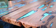 Gestalten Sie Ihr Wohnzimmer oder Ihren Garten mit einem spektakulären Holztisch, der in der Nacht g...