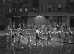 Stunning Street Photos Capture Simple Joys of Life in New York Right After WWII