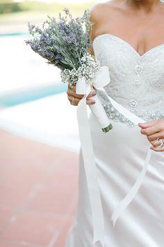 Kim sevmez ki lavantayı... Hele de bu kadar şık ve zarif bir gelin buketiyse... çiçek ve organizasyon düzenlemeleri http://aishaevents.com/ / photocredit http://yelizatici.com/ http://www.pinterest.com/yelijoe/ #wedding #weddingideas #bride #bouquet #dugun #gelin #buket #lavanta #zarif #şık #çiçek #kurdela #beyaz #mor #gelinbuketi #istanbul #organizasyon