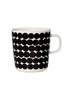 Marimekko Gobelet Oiva-Räsymatto noir et blanc (grand) Marimekko, Ceramic Tableware, Stoneware Mugs, Kitchenware, Porcelain Mugs, Nordic Design, Matcha, A Table, Dinnerware