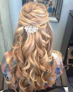 O cabelo semi-preso é uma ótima opção para ter o rosto super à mostra nas fotos mas ainda assim ter seu cabelo solto. Você usaria? . . . #noiva #bride #vestidodenoiva #dress #dresses #vintagewedding #diy #weddingdiy#doityourself #casamentodiy #noivadiy#bridediy #noiva2017 #ceub#casaréumbarato #voucasar#casamentodoano #noivafeliz #ido#instabride #picoftheday #bridesmaid#dreamwedding #bff #engaged #bridetobe #rustic