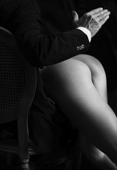 """""""Conta"""" mi hai detto. La mano si alza e si schianta in un suono inconfondibile, brucia facendomi vibrare, pizzicore delizioso che strappa un sospiro. Uno.Ne seguono una serie, non manco un numero, ansimo con lo sguardo che diviene liquido, tremo. Mi baci, cerchi la mia lingua, mi accarezzi. Come può tanta dolcezza non stridere con questo pungente delirio? La pelle s'incendia , i colpi crescono di intensità e spezzano il respiro. Due, tre , quattro… dieci, dodici… diciotto…diciotto. Senza…"""