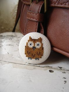 Broche bordado a mano El búho de la suerte por PatHoodPoint en Etsy