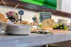 Nuestra mesa de quesos, pan y uvas ideal para cualquier tipo de evento.