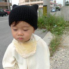 大好評のねこみみ帽子。実はとっても簡単なので作り方を紹介したいと思います。1目ゴム編みでひたすら編んで。(幅は頭囲の1/2) ↓適当な長方形になった...|ハンドメイド、手作り、手仕事品の通販・販売・購入ならCreema。