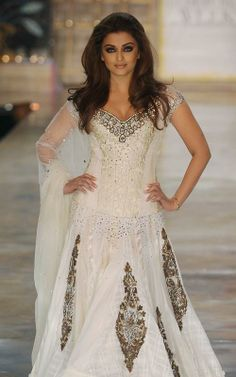 Aishwarya Rai Walks The Ramp for Manish Malhotra at HDIL India Couture Week 2010