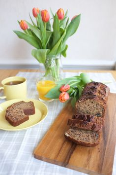 Brunch with banana bread and tulips. Recipe in Finnish.