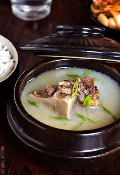 Korean Ox Bone Soup {Seolleongtang} is a broth made from ox bones (mostly leg bones), brisket but other meat cuts could be added, too. Korean Oxtail Soup, Oxtail Meat, Bone Soup, South Korean Food, Asian Soup, Korean Dishes, Easy Cooking, Asian Cooking, Rind