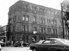 Una fotografía de los años setenta donde aparece la esquina de Berlín y Marsella, en la colonia Juárez. Este edificio era el segundo bloque del conjunto de departamentos construido en 1910 por Regis A. Pigeon, del cual sólo se conserva la fachada que da a Berlín y Versalles, rescatada a mediados de la década pasada.