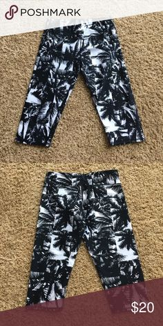 NWOT palm tree fabletics cropped leggings NWOT!! Super cute and great quality! Ask questions and make reasonable offers please and thank you!! Fabletics Pants Leggings