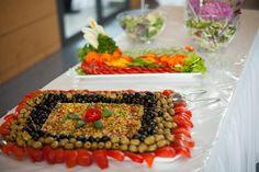 Schafskäse mit buntem Chili nach griechischer Art. Dekoriert mit schwarzen und grünen Oliven. Korotkov Catering & Partyservice