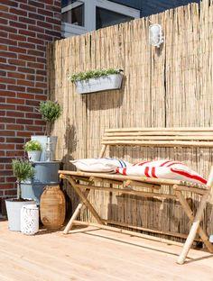 Bamboe tuinbank bij Enide en Jeroen uit aflevering 4, seizoen 2 | kijken kopen en klussen | Make-over door: Leonie Mooren | Fotografie Barbara Kieboom