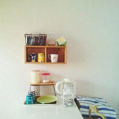 こちらも無印の棚を使って。 小さい棚が空間にぽつりというのが可愛い。色使いも素敵です。