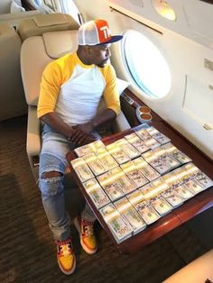 Floyd Mayweather flaunts his cash in a Private Jet…