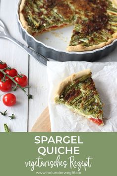 Vegetarisches Rezept für Spargel-Quiche. Die Quiche mit grünem Spargel und Tomaten ist einfach vorzubereiten und schmeckt warm und kalt prima. Mit Mürbeteig und einem Guss aus Creme fraiche, Petersilie, Eiern und Käse. Herlich herzhaft und trotzdem ein perfektes Frühlingsessen.#spargelquiche #quicherezeptvegetarisch #quicherezeptgrünerspargel Quiches, Small Backyard Pools, Vegetable Pizza, Food And Drink, Veggies, Healthy, Breakfast, Ethnic Recipes, Germany