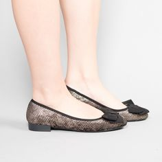 Balerinii Ella sunt eleganti si iti ofera un aer pretios. Se potrivesc la fel de bine cu tinute office, cat si cu tinute smart-casual de zi si de seara. Interior din piele. Disponibili in doua culori stralucitoare. Exterior microfibra cu broderie, interior din piele naturala si material textil. Smart Casual, Pumps, Interior, Shoes, Fashion, Bronze, Embroidery, Moda, Zapatos