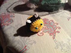 En lille brumbasse med blå øjne