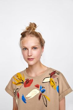 Short sleeve T-shirt with a round neckline. Featuring a contrast embroidery on the front. HEIGHT OF MODEL: 177 cm. Tie Dye Outfits, Painted Clothes, Printed Shirts, Knitwear, Graphic Tees, My Style, Prints, T Shirt, Art Work