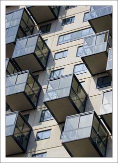 Het kubisme slaat met name op een in Parijs ontstane stroming in de schilderkunst, die begin twintigste eeuw opkwam. Deze stroming werd begin 1900 geïnspireerd op het idee van de schilder Paul Cézanne om het weergeven van een object terug te brengen tot elementaire geometrische vormenDe overgang van het kubisme naar de architectuur verliep niet helemaal soepel. Het kubistische element in de vroege kubistische gebouwen diende vooral als versiering en had geen invloed op het bouwplan.