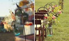Decore o espaço onde será realizada a cerimônia com muitas flores e luminárias para diferenciá-lo do dia a dia. Mais uma vez: potinhos de vidros com flores podem ser colocados para indicar o caminho que os noivos farão até o altar.