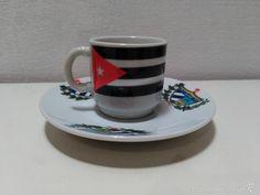 Taza con la bandera cubana y plato con el escudo de Cuba.