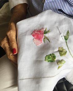 Das mãos da minha avó Nair, meu amor, para mostrar o trabalho que ela está fazendo! Olhem que lindo este guardanapo bordado!...ah, já é meu, amei!