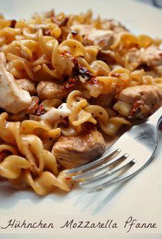 Recipe: Creamy pasta pan with chicken, mozzarella and dried .- Recipe: Creamy pasta pan with chicken, mozzarella and dried tomatoes Pasta Recipes, Chicken Recipes, Dinner Recipes, Recipe Chicken, Keto Chicken, Food N, Food And Drink, Pasta Pan, Pot Pasta