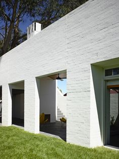 © Derek Swalwell Park Lane House White Brick Exterior by Kennedy Nolan ← Back to Article / Find more inspire to Create: Architecture, Interior, Art and Design ideas White Brick Houses, White Brick Walls, White Bricks, Brick Facade, Facade House, Exterior Tradicional, Brick Extension, Kennedy Nolan, Painted Brick Walls