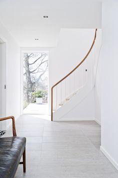 Den oprindelige spindeltrappe er erstatet af en halvsvingtrappe, som skaber en mere central adgang mellem etagerne.