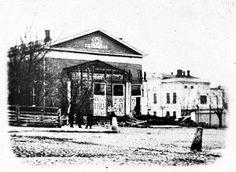 HELSINKI. The oldest photograph of Helsinki from 1857  -   Vanhimmassa Helsinkiä esittävässä kuvassa näkyy C. L. Engelin suunnittelema teatteritalo, joka purettiin Esplanadilta 1850-luvun lopussa. Kuvan otti todennäköisesti P. C. Liebert vuonna 1857. Hieman lännemmäksi rakennettiin myöhemmin Ruotsalainen teatteri.