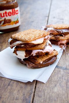 S'mores made with Nutella must be one of the simplest but delicious recipes out there! Yummy Treats, Delicious Desserts, Sweet Treats, Dessert Recipes, Yummy Food, Dessert Healthy, Nutella Snacks, Nutella Recipes, Nutella Biscuits