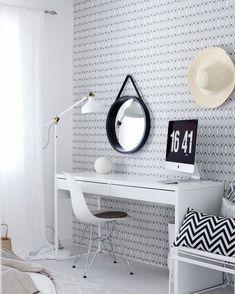 Tapetin ja tyynyn kuvioinnit tuovat kivaa graafista ilmettä muuten valkoisen työpisteen ilmeeseen. Upeana yksityiskohtana toimii mustakehyksinen pyöreä peili. Vanity Mirror, Decor, Furniture, Interior Decorating, Interior, Round Mirror Bathroom, Mirror, Bathroom Mirror, Home Decor