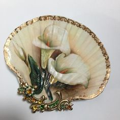 Calla Lily Shell Jewelry Dish, Shell Art, Ring Dish by rtistmary on Etsy Seashell Painting, Seashell Art, Seashell Crafts, Stone Painting, Painting On Shells, Jewelry Dish, Jewellery Storage, Jewelry Art, Jewelry Armoire
